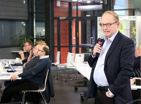 Kaupunginjohtaja Kari Tolonen yritti siirtää liikuntahallin rakentamista kahdella vuodella, mutta hävisi äänestykset.