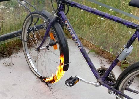 Raisiontien ja Kapponkadun risteyksessä sijaitsevalla bussipysäkillä paloi aikaisin torstaiaamuna miesten polkupyörän kumi. Silminnäkijän ottamassa kuvassa renkaan alla on tulitikkuja.