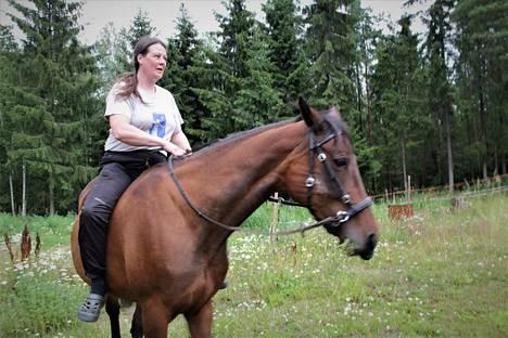 Sari Sammallahti kokee olevansa maatalouslomittajana unelmatyössään. Vapaallakin hän hoitaa eläimiä, sillä hänellä on hevosia, kissoja ja koira. Kuvassa italialaistamma Frisante