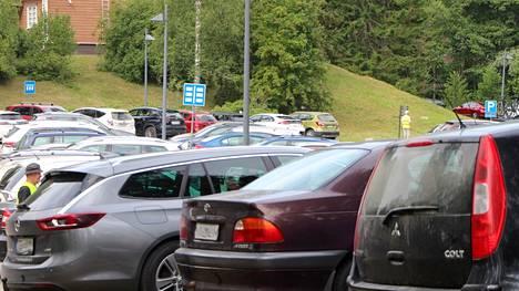 Koulujen alku toi pienen taitteen Banksyn näyttelyn kävijämääriin, mutta edelleen parkkipaikoilla saa katsella autolleen sopivaa koloa.