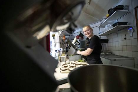 18-vuotias lukiolainen, Erin Villanen, ei luovuttanut kesätöiden etsinnässä ja pääsi Merikarvian Köffille töihin pikavauhtia.