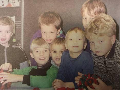 Karkun Aluskylän koulun iltapäiväkerhoa joulukuussa 1999 käyneet pojat kertoivat joululahjatoiveitaan Tyrviksessä. He luottivat, että lahjoja tulee, vaikkei joulupukki ehtisi käymäänkään.