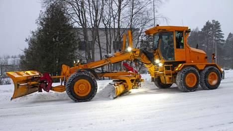 Lumimyräkkä sai pitkästä aikaa myös tiekarhun liikkeelle Kankaanpään kaduille.