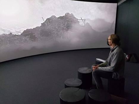 Visa Suonpää katseli perjantaina Aarremaat-animaatiota. IC-98:n taiteilijaryhmän toinen taiteilija on Patrik Söderlund. Näyttely avautuu Serlachiuksen Göstassa 25.9.21.