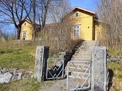 Kanavakasöörin talo sijaitsee puistossa Valkeakosken keskustassa. Se on kaavalla suojeltu.