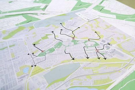 Osana yleisötilaisuutta kaupunkilaiset pääsivät tutustumaan Hakametsän urheilualueen uudistamisen erilaisiin suunnitelmiin ja karttoihin.