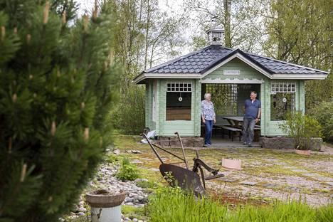 Kesäkeittiö Tähtönen on täysin uniikki piharakennus, sillä se on Jari Kossilan ja poikansa Jannen suunnittelema. Rakennuksessa on myös pala historiaa: Osuuskaupan vanhoja sokkelikiviä.