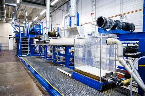 Valmiin kuidun täytyy olla tietyn mittaista, jotta siitä voidaan kehrätä lankaa. Infinited Fibre -yritys valmistaa tekstiilijätteestä uutta tekstiilikuitua.