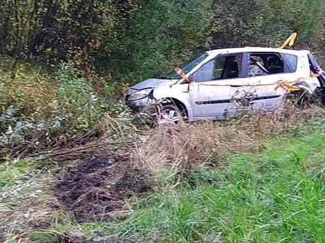 Onnettomuusauto on kyntänyt ojan pohjaa noin 10 metrin matkalla.
