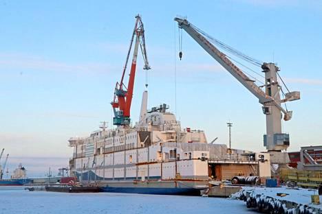 RMC:n telakalla on jääty jälkeen suunnitelluista aikatauluista vakavan koronaepidemian vuoksi. Kuvassa varusteluvaiheessa oleva Wasa Linen Aurora Botnia -matkustaja-autolautta.