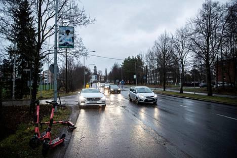Onnettomuus tapahtui Tampereen Rantaperkiössä Nuolialantien ylittävällä suojatiellä tai sen läheisyydessä. Suojatie kulkee liikenteenjakajan kohdalla. Vasemmalla on taksi onnettomuuden jälkeen.