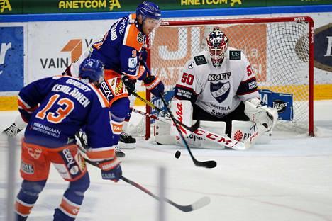 Tapparan Valtteri Kemiläinen ja Charles Bertrand punoivat juonia HIFK:n Frans Tuohimaan päänmenoksi.