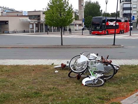 Useita kaupunkipyöriä oli kasassa Raumalla lähellä linja-autoasemaa heinäkuun viimeisenä päivänä. Pyöristä vastaavalle Easybike-yritykselle ei ole tullut ilmoituksia pyöriin kohdistuneesta ilkivallasta.
