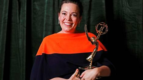 Kuningatar Elisabetiä The Crown -sarjassa näytellyt Olivia Colman sai Emmy-patsaan draamasarjojen parhaasta naispääosasta.