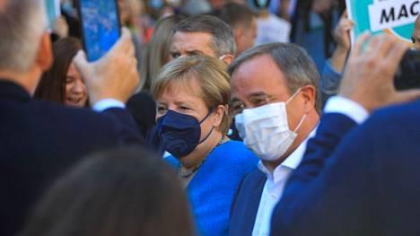 Saksan nykyinen liittokansleri Angela Merkel esiintyi mahdollisen manttelinperijänsä Armin Laschetin kanssa Aachenin kaupungissa vaalipäivän aattona.
