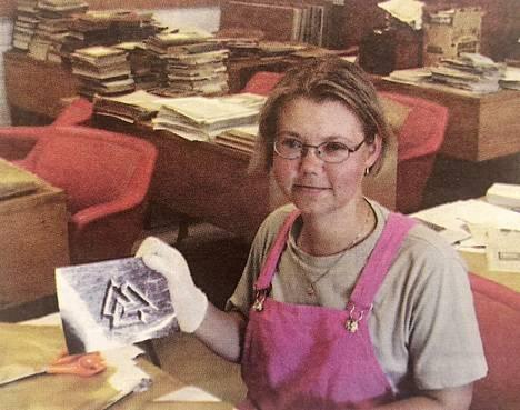 Jaana Ojala esittelee kolmekirveehööstä, taitomerkkiä, joka aikanaan kaiverrettiin puuesineisiin.
