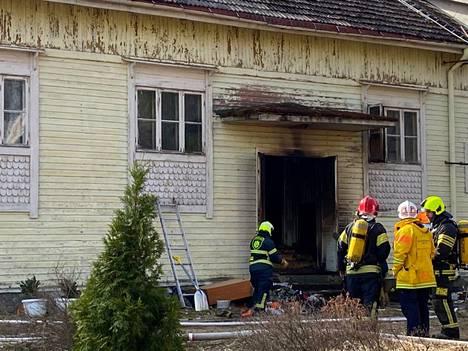 Pelastuslaitoksen mukaan palo sai alkunsa asumattoman huoneiston ulko-oven lähistöltä.
