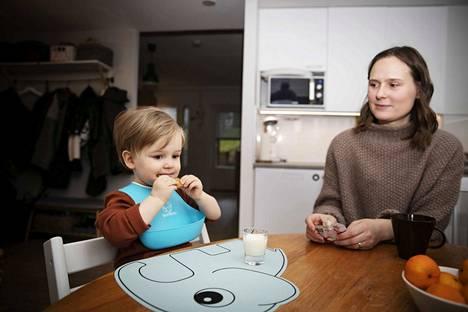 Pipareista on tullut joulun alla Eliel Saarenheimon herkkua. Hän täyttää kaksi vuotta itsenäisyyspäivänä. Äiti Susanna Saarenheimo kertoo, että taaperon kanssa selviää helpommin useimmista haasteista kuin vauva-aikana, koska kommunikointi on vaivattomampaa.