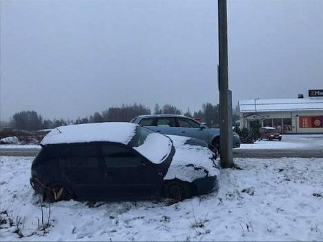 Auto törmäsi valaisinpylvääseen Pörkkinäistentiellä.