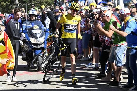 Sky-tallin Chris Froome joutui vuoden 2016 Tourilla juoksupuuhiin, kun yleisömassa tukki tien aiheuttaen kärkiajajien kaatumisen ja Froomen pyörän rikkoutumisen.