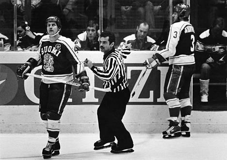 Juhani Tamminen (vas.) toimi Suomen miesten jääkiekkomaajoukkueen kapteenina kolmissa MM-kisoissa. Tässä kuva vuoden 1979 mittelöistä.