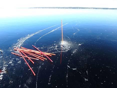 Pekka Tyllilä on merkannut kaksi luistelureittiä oransseilla aurausviitoilla.