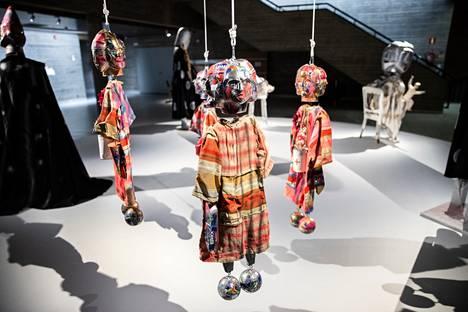 Marcel Dzaman teoksissa on yksityiskohtien runsautta, joita kukin voi tulkita haluamallaan tavalla. Taiteilija itse on kertonut pitävänsä erityisesti väärintulkinnoista. Kuvassa nuket Manzama, Juma-man, Like a Jester ja 4 faced Joker.