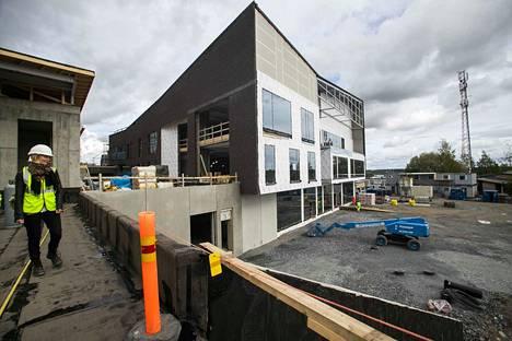 Oikealla näkyvään rakennukseen tulee pääkirjasto ja sen alapuolelle pohjakerrokseen kunnan palvelupiste.