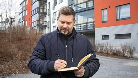 Tamperelainen Mikko Sjögren omistaa parikymmentä asuntoa eri puolilla Suomea. Hänet kuvattiin huhtikuun puolivälissä yhden sijoituskohteen edustalla Tampereen Vuoreksessa.