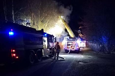 Omakotitalo syttyi tuleen Porin Leppäkorvessa uudenvuodenaattona.