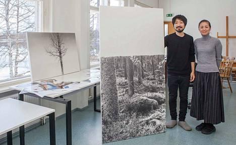 Yuichiro Sato (vas.) ja hänen vaimonsa Uiko Sato ovat olleet Suomassa kolme vuotta. Yuichiro piirtää Serlachius-residenssissä mänttäläistä metsää. Hänen vieressään on vaiheessa oleva osa kolmiosaiseen teokseen. Ikkunalla piirustus koivusta.