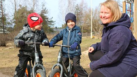 –Kohta opitaan ajamaan pyörällä! Multian Kissaniemen päiväkodissa Mikael Hänninen ja Peetu Saramäki aloittavat eskarin jo ensi syksynä varhaiskasvatuksen opettajan Saija Lintulan ryhmässä.