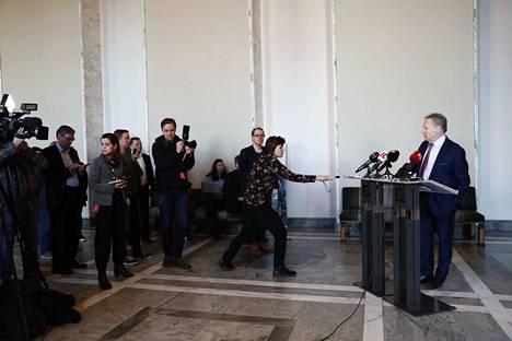 Eduskunnan puolustusvaliokunnan puheenjohtaja Ilkka Kanerva (kok.) kertoi torstaina, että tarvittaessa suomalaiset saadaan Irakista pois vuorokauden sisällä.