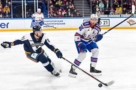Iiro Pakarinen (vas.) edusti toissa kaudella KHL:ssä Metallurg Magnitogorskia.