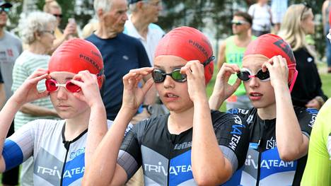 Nokialaisen TriVAteamin tytöt Minttu Meskanen, Vilma Koivula ja Emma Haka-Risku valmistautuvat uintiosuudelle. Jännittäminen kannatti, tytöt ottivat lopulta kolmoisvoiton.