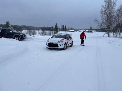 Kilpailijapari keskeytti moottorin ylikuumenemisen vuoksi.
