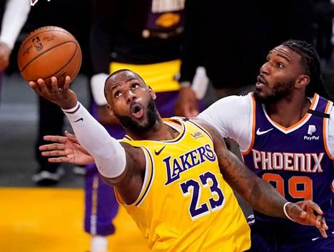 LeBron James ja Jae Crowder kamppailivat pallosta kevään pudotuspeleissä.