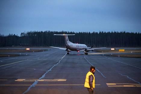 Karhu Aeron kone kääntyi takaisin Porin-kentälle maanantaiaamuna. Kuvan lento tai kone ei liity tapaukseen. Arkistokuva.