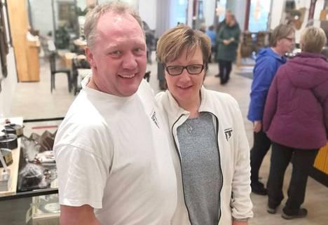 Peter ja Jenni Dörig ovat Herkkujuustolan yrittäjiä Häijäässä.