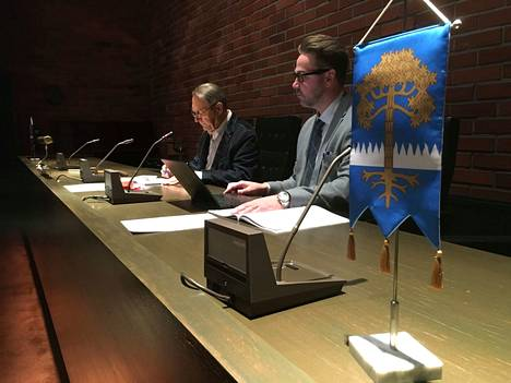 Kankaanpään kaupunginvaltuuston puheenjohtaja Kauko Juhantalo (vas.) ja kaupunginjohtaja Mika Hatanpää.