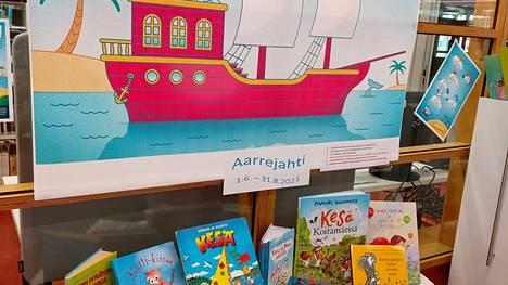 Kirjastoissa on käynnissä kesäiset lukukampanjat. Aarrejahti-kampanja on suunnattu perheille ja alakouluikäisille.