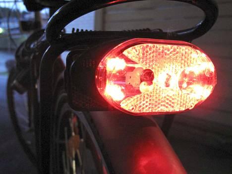 Hämärässä ja pimeässä pyöräiltäessä polkupyörästä on löydyttävä toimiva, punainen takavalo.