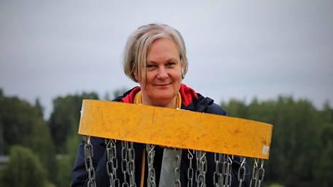 Nokialainen kirjailija Johanna Hulkko on sijoittanut luomansa lapsietsivät usein Nokialta tutun kuuloisiin paikkoihin. Etsivät harrastavat esimerkiksi frisbeegolfia kylpylän lähellä olevalla radalla. Tässä Hulkko itse Nokian Edenin frisbeegolfradalla.