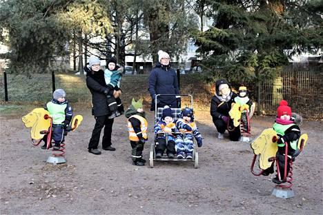 Yksityiset perhepäivähoitajat Johanna Leppämäki, Jaana Kantanen ja Tiia Saarikko viettivät aamupäivää Poutunpuiston leikkikentällä hoitolastensa kanssa.