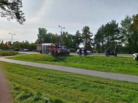 Onnettomuuspaikalla oli kello 13 aikaan palomiesten lisäksi poliiseja ja poliisikoira.