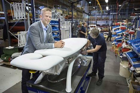 Lojer on Pohjoismaiden suurin sairaala- ja hoitokalusteiden valmistaja. Arkistokuvassa toimitusjohtaja Ville Laine.