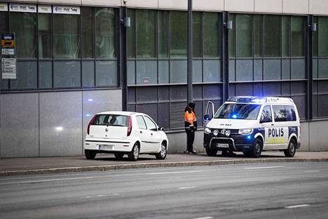 Auto oli nostettu iltaseitsemän aikaan pystyyn onnettomuuspaikalla.