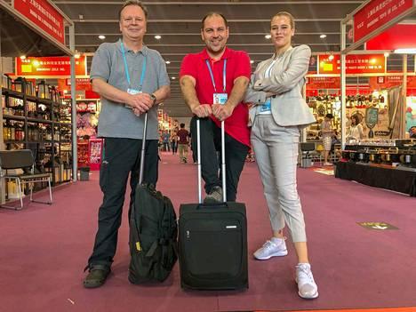Perttu Sirviö etsii muun muassa Sampo Kaulaselle uutuustuotteita Kiinan suurimmilta messuilta kansainvälisen kauppamiehen Jari Komulaisen ja tämän Milla-tyttären kanssa.