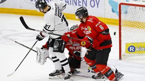 Olli Vainio taisteli TPS:n Mikael Pyyhtiän kanssa. Maalilla on Konstantin Volkov.