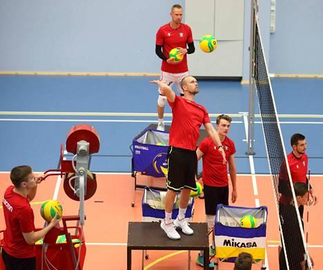 VaLePan liigajoukkue valmistautui ensi viikon Mestarien liigan peleihin ja puolusti muun muassa kakkosvalmentaja Olli Kunnarin lyöntejä tiistaina harjoituksissa Vexve Areenalla.